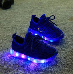Caoutchouc respirante en Ligne-Nouveaux enfants respirants LED Light Sneakers Chaussures de course enfants en caoutchouc clignotant Bébés Sports Sports Chaussures de sport Taille 21 ~ 35