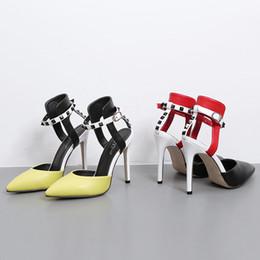 2017 la conception de chaussures de couleur Nouvelles femmes de conception d'Europe fraîches pointues toe rembourrage sexy patch travail couleur sangle cheville 11cm mince talon haut pum chaussures dame vide moyen OL chaussures budget la conception de chaussures de couleur