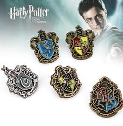 Descuento películas de acción 5Pcs 1set Harry Potter Pin Badge Casa de Hogwarts Escuela de Metal Badges broche Pin Gryffindor Movie Action Figure juguetes en la caja KKA1410