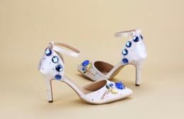 Las sandalias blancas de la correa del bowknot de la flor de la hebilla del diamante con cordón fino Wedding la novia los zapatos de tacón alto calzan tamaño desde sandalias de perlas flores proveedores