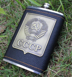Vente en gros Portable 8 Oz en acier inoxydable de luxe Hip Flask Faux Leather Whisky bouteille de vin Retro cccp gravure alcool Pocket Flagon à partir de gravent flacon fabricateur