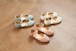 Las sandalias de las muchachas Los niños de la perla huecos florecen las sandalias las muchachas abrochan los zapatos los cabritos las sandalias de cuero de la PU embroma el calzado de la princesa de la playa 6267 sandals pearls flowers promotion desde sandalias de perlas flores proveedores