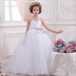Pequeña novia vestido de niña de las flores en Línea-Delicadas cintas de espagueti blanco cintas de rebordear tul blanco Appliques Bow novias poco boda vestidos de bola comunión vestido de niña de flores
