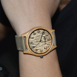 Cajas de madera relojes en Línea-BEWELL Hombre Relojes de madera de bambú Reloj de pulsera de regalo Relojes de deporte al aire libre Reloj con banda de lona Relogio con luminoso Caja de regalo 124
