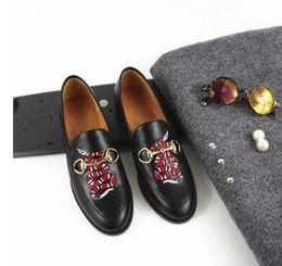 Broderie chaussures plates en Ligne-Round orteil en cuir souple plat chaussures simple slip-on loisirs paresseux serpentine broderie métal boucle chaussures avec des chaussures pantoufle de femmes