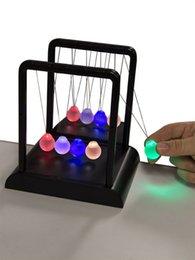 2017 énergie ups Vente en gros- Newton's Lumière Multi-Color Cradle / énergie cinétique Physique / DIY Perpetual Motion Toy / Pour Science Fun Livraison gratuite énergie ups promotion