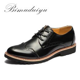 Descuento los hombres hechos a mano de los zapatos oxford BIMUDUIYU marca de alta calidad Bullock zapatos de los hombres zapatos Moda zapatos de vestido hecho a mano británico estilo Oxfords zapatos transpirables