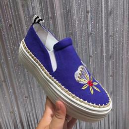 Broderie chaussures plates à vendre-Bleu Noir Mocassins Conduite Femmes Chaussures Haut Haut Slip sur Broderie Crystal Womens Casual Shoes Flats Cuir Femme Sneakers Fashion hot