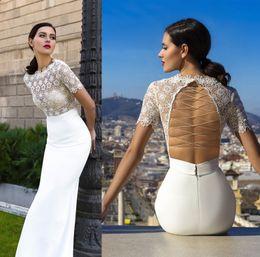 Robe de conception de cristal courte en Ligne-Manches courtes robes de mariée en mousseline de soie design en cristal 2017 bas de mariée encolure en dentelle jupe en satin satiné train de balai arrière