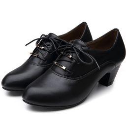 Niñas de arranque blanco en venta-Zapatos de las mujeres blancas de la manera cargadores para las mujeres de las muchachas Zapatos blancos de la bomba del tacón alto de WhiteBlack Zapato punteado del cuero verdadero para el cargador del invierno de Sunner
