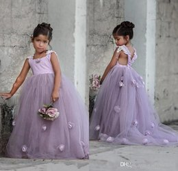 Lovely Lavender Lilac Puffy Tulle Kids Formal Wear Gowns Flower Girl Dresses with Hand Made Flowers Backless Arabic Girls Pageant Gown