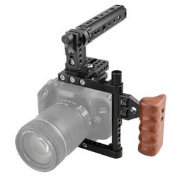 Descuento aparejo de jaula CAMVATE Camera Cage Rig con Top Handle Placa de montaje trípode para Canon Nikon Sony Panasonnic