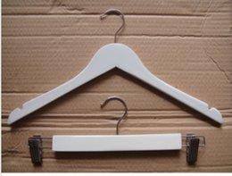 Acheter en ligne Placards blancs-Blanc couleur solide crochet en bois avec anti-dérapant sans barres transversales pour les femmes manteau costume vêtements Racks 38cm 44cm pour le placard de bureau à domicile