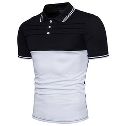The men's POLO shirt is fashionable and multi-colored, and it is decorated with a man's short-sleeved POLO shirt.