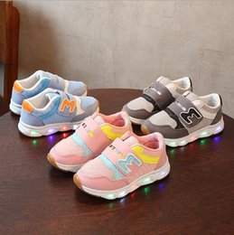 2018 new children with lights boys sports lights girls breathable mesh casual shoes.