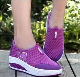 Nuevos deportes y redes de ocio, zapatos de oscilación, zapatos de mujer, taludes inferiores gruesos, zapatos de mujer, pies transpirables y zapatos de muffin