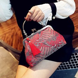 The new Chinese red vintage style color diversity fashion bag is wrapped in a double-duty bag.