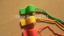 El mini silbido plástico colorido libre de Shipping + Wholesale, se divierte el silbido Cheerleading, silbido que acampa de la supervivencia del caminante, 3000pcs / lot 1201 # 21