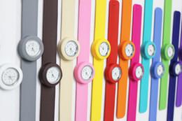100шт / много Бесплатная доставка высокого качества силикона шлепка, дети шлепка детей часы 16 видов цвета мешок OPP упаковки