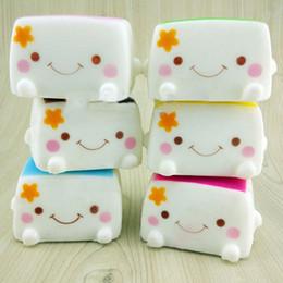 Venta al por mayor-1 PCS colorido Kawaii Jumbo tostada blando mano almohada pan juguete suave tofu chino Adorable expresión sonrisa cara juguetes Diversión