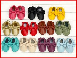 Wholesale New bows moccs Baby moccasins soft sole moccs genuine leather prewalker booties toddlers infants fringe bow cow leather shoes moccasin
