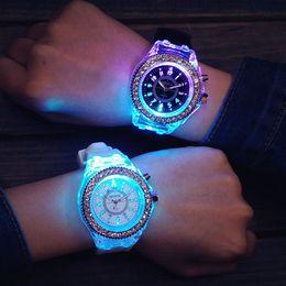 Женева моды часы с LED свет Наручные часы унисекс резиновой силиконовой кварцевые наручные горячей продажи Наручные спортивные часы
