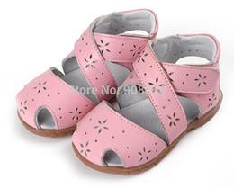 Wholesale SandQ baby girls sandals genuine leather soft toddler shoes pink closed toe summer shoes Rome sandals flower cutouts for bebe enfantil