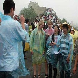Por DHL sola vez 2000pcs Utilizar una bata impermeable caliente de la manera desechables PE Impermeables Poncho Rainwear Viajes Lluvia Lluvia