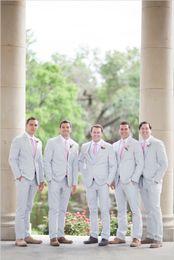 2017 Light Grey Hommes Costumes Tuxedo Style Groomsmen Costumes Meilleur Hommes Mariage Custom Made Trois Pièces (Veste + Vest + Pantalons)