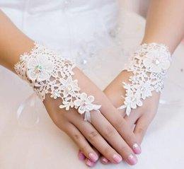 Wholesale Fashion Flowers Short Lace Bridal Gloves Rhinestone Fingerless Wedding Gloves Bridal Accessories In Stock Bridal Gloves Wrist Gloves