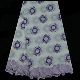 Item: TC43-7 (5yds / lot) Nice regardant tissu de dentelle voile suisse avec des fleurs, le plus récent blanc + violet tissu de broderie de dentelle de coton africain pour la robe