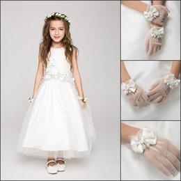 Wholesale 2015 Cute Short Children Gloves Wrist Length White Flower Girl Gloves For Junior Bridesmaid Bow Pearl Full Finger