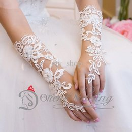 Wholesale Custom Made White Bridal Gloves Fabulous Lace Diamond Flower Glove Hollow Wedding Dress Accessories Hot Sale