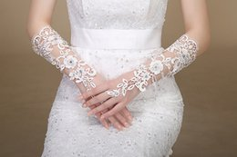 Wholesale Sexy Hollow Lace Bridal Gloves White Beading Fingerless Wedding Gloves Wedding Accessories