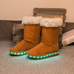 Wholesale 7Color Bottes d hiver Chaussures LED Noir Light Up Chaussures Lumineuses Femmes USB Chargeur Colorful Glowing Chaussures Short Floss Snow Boots