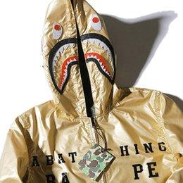 Wholesale Otoño Hombres del tiburón del camuflaje de la chaqueta estilos de colocación del escudo militar Winterproof Hombre Jaquetas rompevientos cremallera ropa de niño XXL CD1057