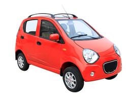 Красный 5-местный четыре раунда нового энергетического автомобиля, который безопасен и удобен и удобен.
