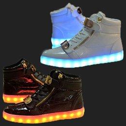 Wholesale Nouveaux couples LED Light Boots Chaussures PU Leather couleurs LED Lumineux Chaussures USB Charging Emitting Fluorescent Unisex Casual Shoes