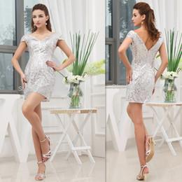 Wholesale Vestidos cortos de plata para el partido de cóctel Mini Cap Sleeves Vestidos de fiesta de graduación V cuello para damas Sequins Fabric