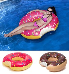 Wholesale 2016 Agua Verano juguete pulgadas gigantesco buñuelo flotador de la natación colores inflables del anillo de piscina para adultos flotadores Fresa y Chocolate