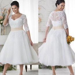 Wholesale Vestidos de boda de talla grande Vestidos de novia cortos de la mitad de mangas Vestido de encaje blanco cubierta del botón Vestido de playa Longitud del té de una línea