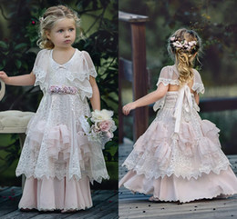 Wholesale Dusty Pink Bohemia Wedding Flower Girl Robes Jewel Neck avec manches courtes Vintage Lace Ruffles Child Kids Birthday Party Dress Cheap