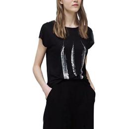 Wholesale Vente en gros Femmes mignonne plume imprimé noir T shirt manches courtes O cou tee shirts de base dames été mode casual régulière dessus DT552