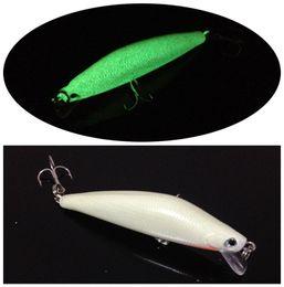 2pcs 8.2cm 8g Светящиеся рыбы длинные пластиковые приманки жесткий Приманки Крючки 3D Minnow Рыбалка Lure Крючки 6 # Крюк Искусственный Песка Снасть