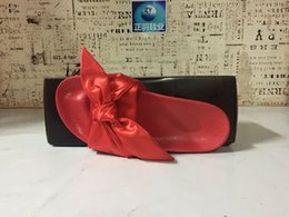 2017 Rihanna Fenty Bowknot Diapositivas Zapatillas Rosa Negro Blanco Rojo Púrpura Tobogán Womens Bowtie Chinelas Pantuflas al por menor