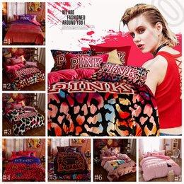 Ensemble de literie rose VS housses de couette Lettre rose Feuille de lit Flannel Bed Set Leopard Fleur Pillowcases Literie de mode Textile de maison OOA1103