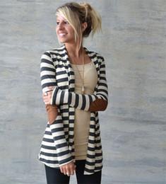 Wholesale Vente en gros noir et blanc à rayures coude Patching PU en cuir à manches longues Cardigan tricoté Slim printemps automne femmes chandail
