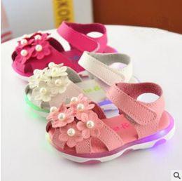 Wholesale Niñas Sandalias Verano Niñas Princesa Antiskid Soft Soled Flores Pearl Veclro Sandalias Zapatos Moda Casual Zapatos LED