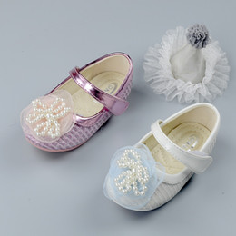Wholesale Zapatos de los bebés zapatos de princesa de la flor de la perla Nuevos Niños de la sandalia de las flores de la princesa del resorte de las flores grandes redondos una correa de los zapatos de la sandalia del botón A6409