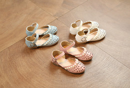 Wholesale Las sandalias de las muchachas Los niños de la perla huecos florecen las sandalias las muchachas abrochan los zapatos los cabritos las sandalias de cuero de la PU embroma el calzado de la princesa de la playa